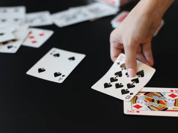 Tập trung quan sát đối thủ - có nên dạy trẻ em đánh bài không?