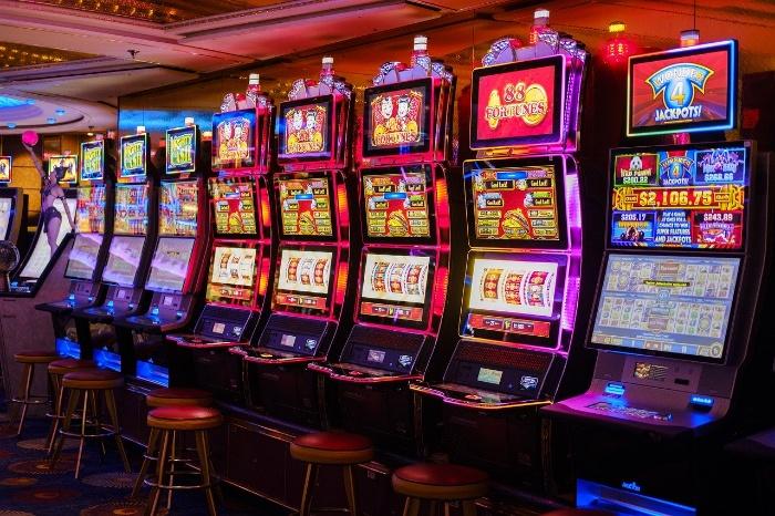 Slot là chiếc máy được thiết kế với một nút bấm duy nhất và là một cỗ máy cuộn casino