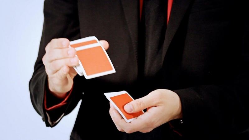 Xào bài chính là kỹ năng đòi hỏi sự thuần thục và chính xác nhất từ người chia bài